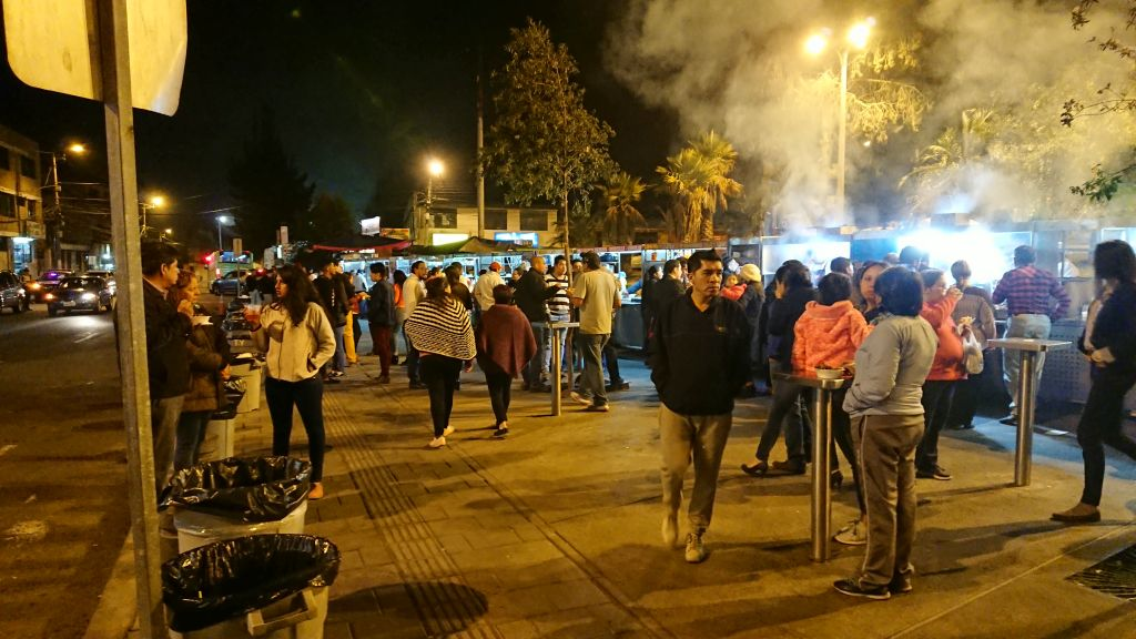 """Aftenstemining på det lokale """"foodmarket"""" i Quito"""