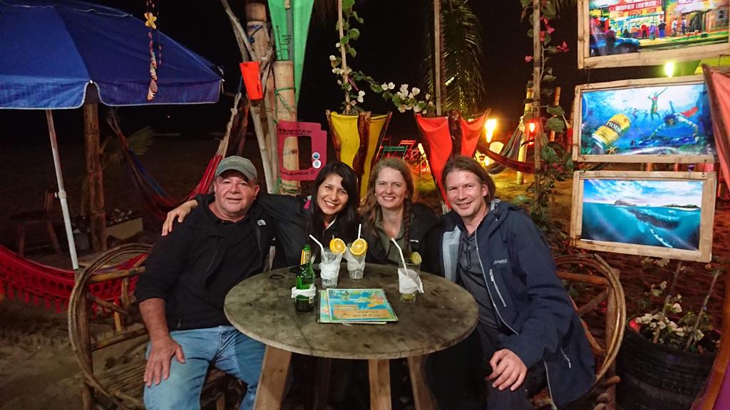 Aftenhygge med nye venner, Fernando (Colombia), Constanza (Chile), Bente og Uffe (Danmark). Puerto Lopez, Ecuador.