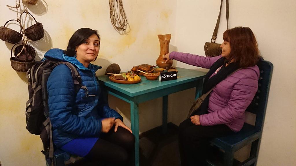 """""""Hvad gør du - der står ikke rør!"""" Gabriela og Eulalia på museum i La Ronda. Quito, Ecuador."""