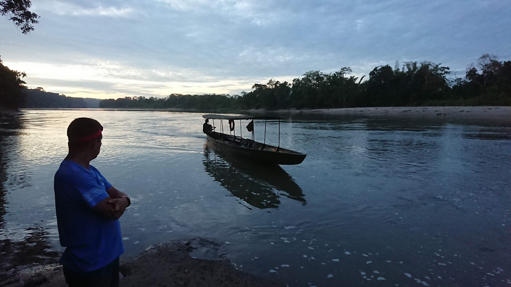 Morgenfugletur - Venter på transport over floden. Rio Napo, Amazonas, Ecuador.