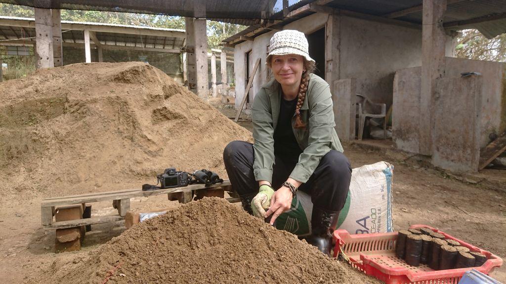 Benter arbejder med at fyldeplanteposer.