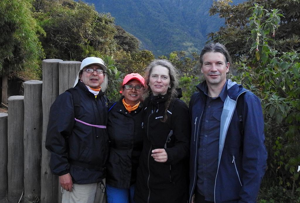Vinicio, Ligia, Bente og Uffe ved Casa de Arból. Baños, Ecuador.