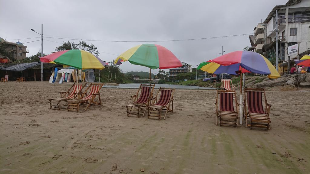 Strandliv i surferbyen. Montañita, Ecuador.