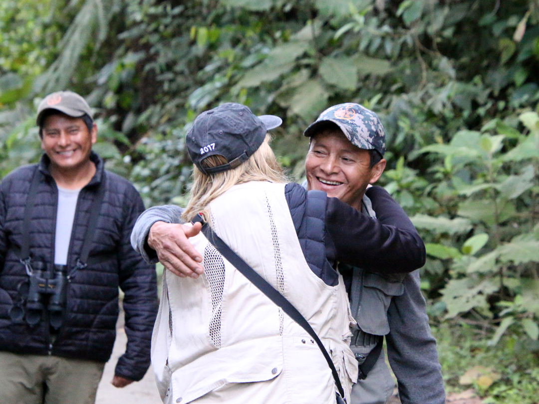 Brødrene Angel (The Antpitta Man) og Rodrigo Paz og en glad birder. Refugio Paz de las Aves, Ecuador.