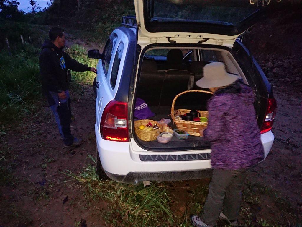 Klokken er 05:45 og Sandra anretter morgenmaden. Recinto 23 de Junio, Pichincha, Ecuador.