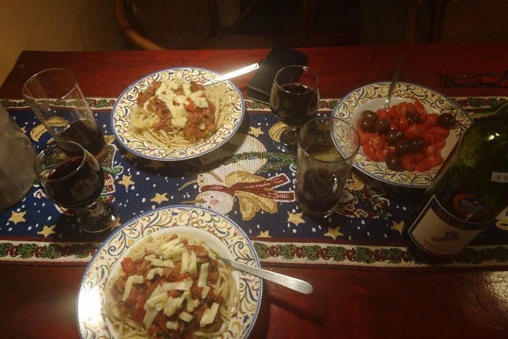 Juleaften fik vi den knap så traditionelle julemenu Spaghetti med tomatsovs fra glas.