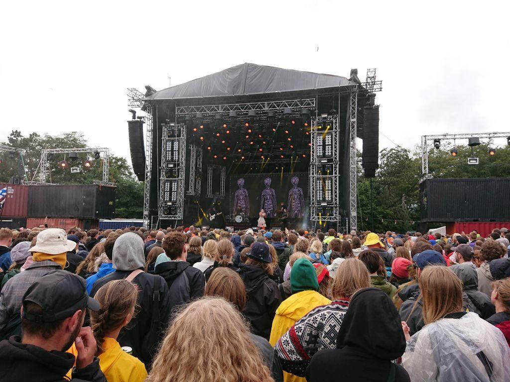 """Der var tæt pakket til AURORA. En af festivalens bedste koncerter - """"Tusen takk"""". Apollo, Roskilde Festival 2019."""