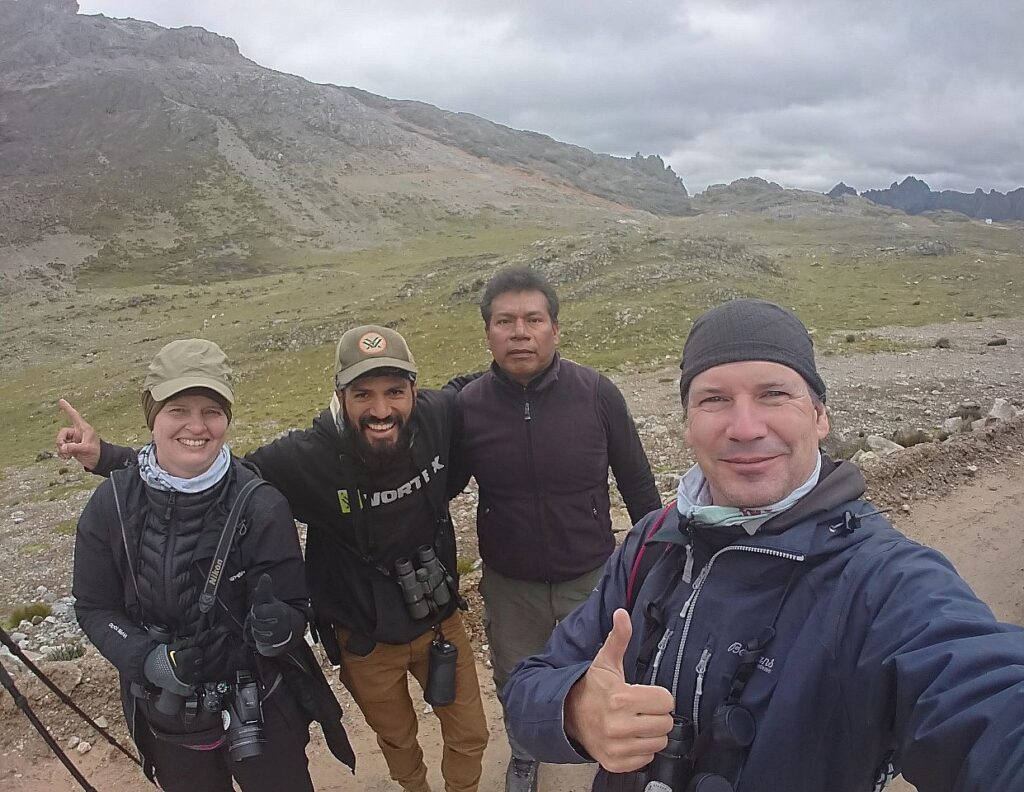 """Glade birders efter at have fået en """"lifer"""". Andesbjergene, Peru."""