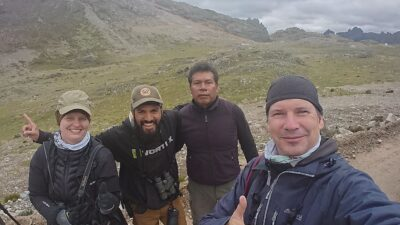 """Glade birders efter at have fået en """"lifer"""". Tre intense fugledage, Andesbjergene, Peru."""