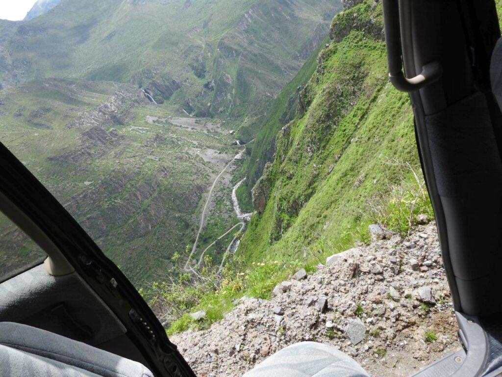 Der er langt ned, men det skulle senere vise sig at vi skulle meget længere ud på kanten. Santa Eulalia dalen. Peru.
