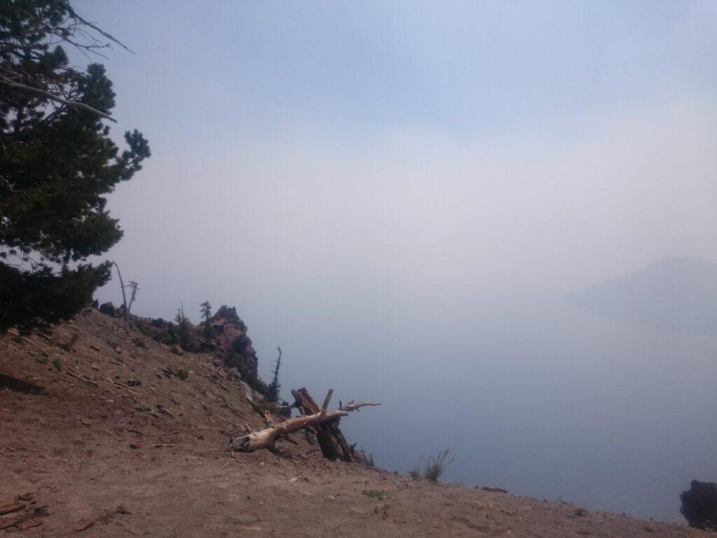 Røgen lå som et tæt slør over Crater Lake. Det nordvestlige USA var i sommeren 2017 ramt af mange skovbrænde. Crater Lake, Oregon, USA.