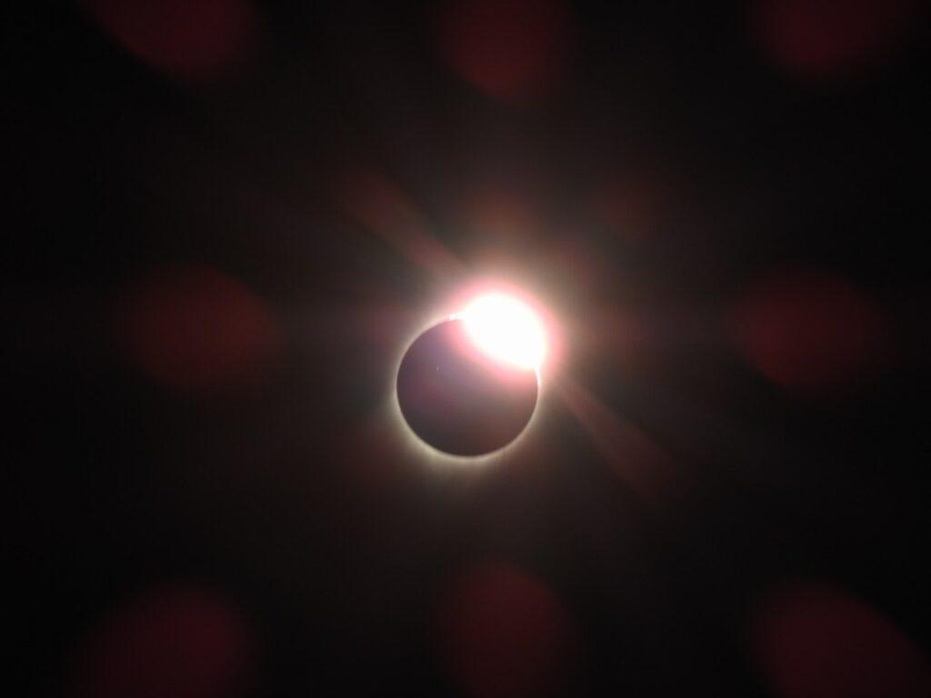 Diamond Ring. 21. august 2017, Madras, Oregon, USA.
