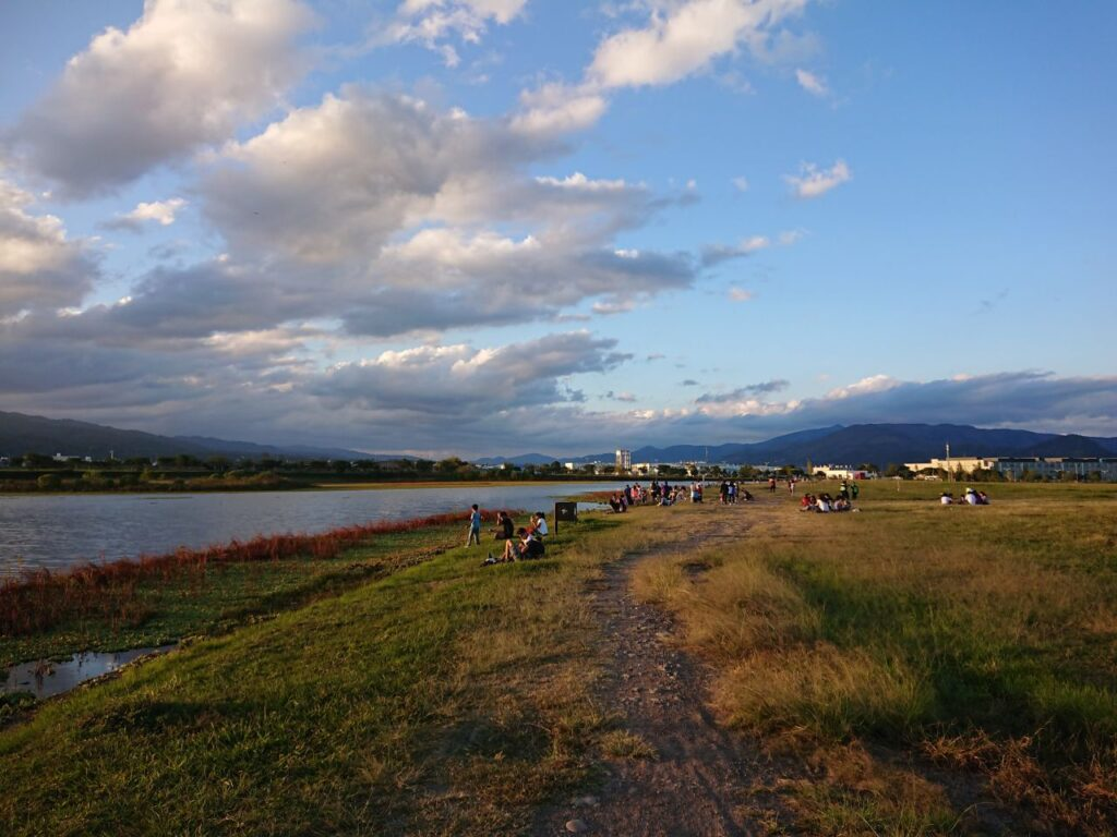 Aftenstemning ved søen i Parque del Bicentenario, Salta, Argentina.