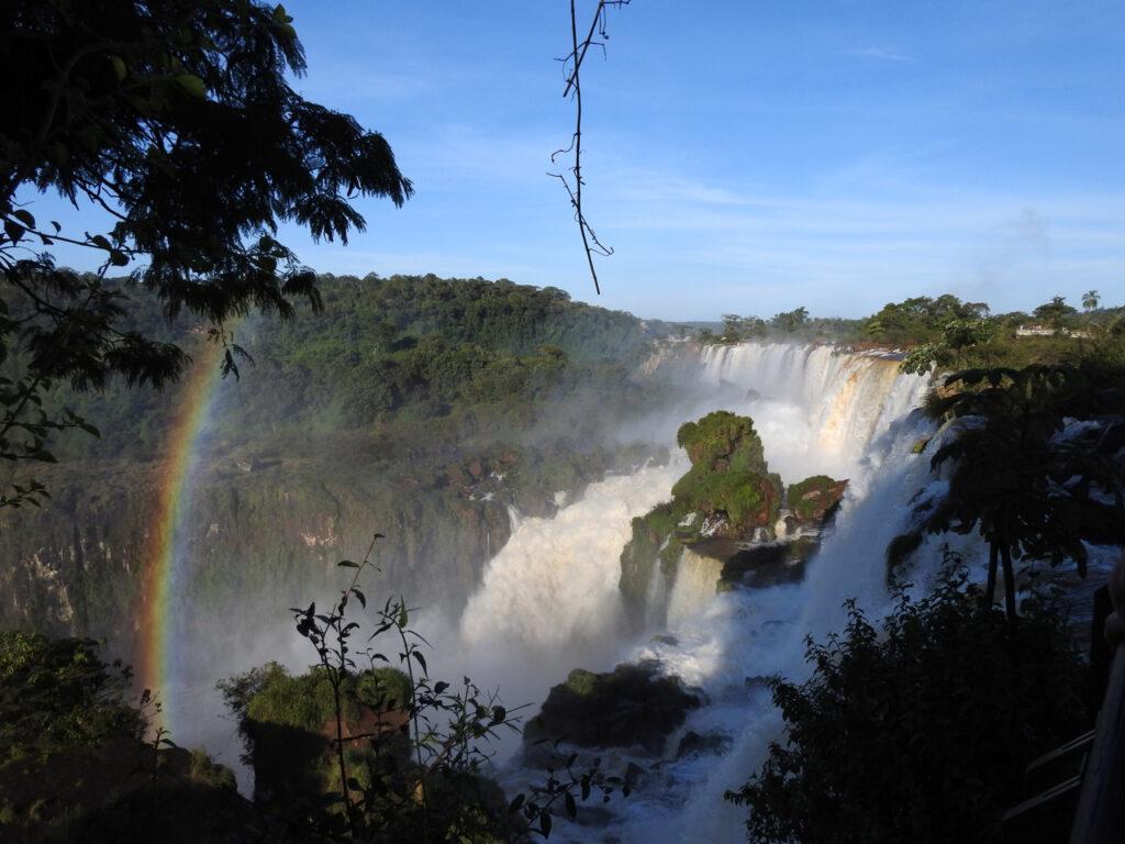 Nogle af de 275 vandfald set fra Upper Walk. Iguazu Nationalpark, Misiones, Argentina.