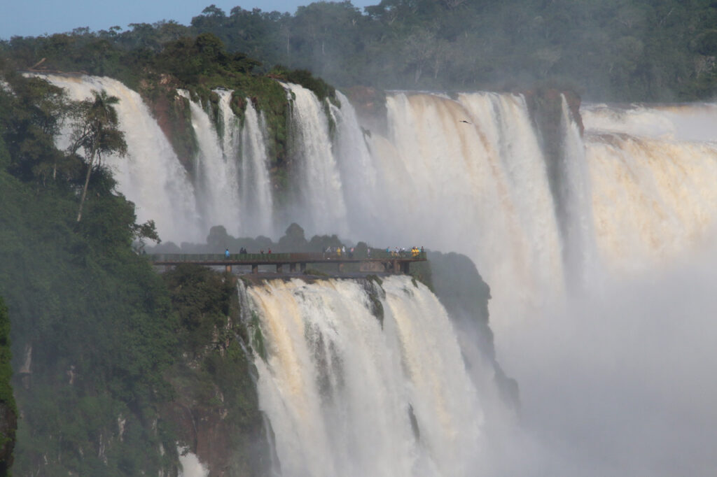 Fra Lower Walk kan se udsigtspunktet Djævlens hals på den brasilianske side. Iguazu Nationalpark, Argentina.