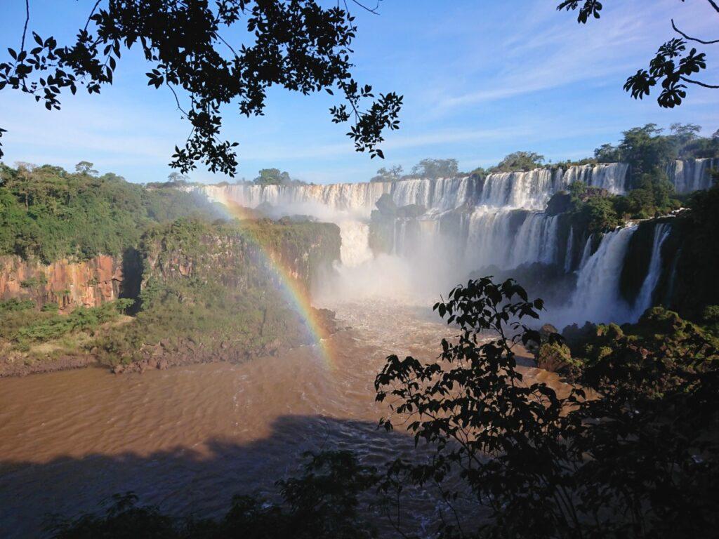 Skælhovedet Sjeler. Nogle af de 275 vandfald set fra Lower Walk. Iguazu Nationalpark, Misiones, Argentina.